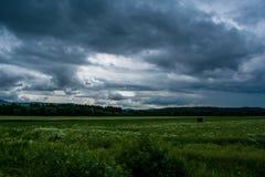 Sturm, der zum Feld kommt lizenzfreies stockbild