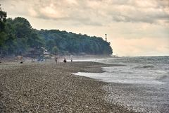 Sturm in Meer Leuteweg auf dem Strand stockfotografie