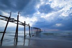 Sturm in Meer mit alter Brücke lizenzfreies stockfoto