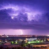 Sturm mit Blitz in der Stadt Stockfoto
