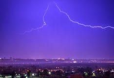 Sturm mit Blitz in der Stadt Lizenzfreie Stockfotos