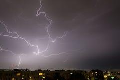 Sturm mit irgendeinem Blitzschlag Stockbild