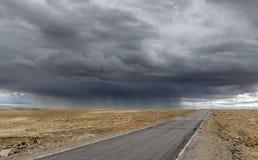 Sturm nahe durch Straße in Tibet-Hochebene Stockbilder
