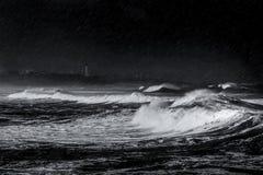Sturm, Regen und Wellen auf dem Strand stockbild