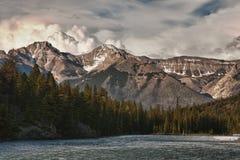 Sturm steigt über die felsigen Berge während Lizenzfreies Stockfoto