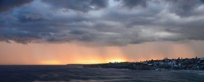 Sturm und Sonnenuntergang über Bronte Stockfotos