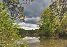 Sturm-Wolken über Fairy Stone See in Virginia lizenzfreies stockfoto