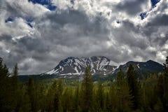 Sturm-Wolken über Lassen-Spitze, vulkanischer Nationalpark Lassens lizenzfreies stockbild