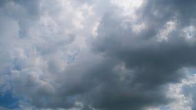 Sturm-Wolken bewegen sich in Himmel, Timelapse stock video