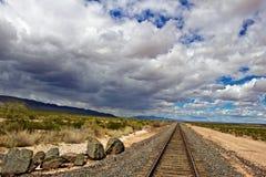 Sturm-Wolken, die in Richtung zu den Bahngleisen sich bewegen Stockbild