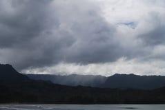 Sturm-Wolken-Dump-Bö-Regen auf Berg Stockfotos