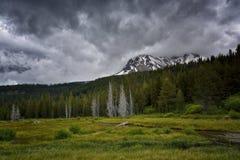 Sturm-Wolken, Hut-Nebenfluss und Lassen-Spitze, vulkanischer Nationalpark Lassens stockfoto