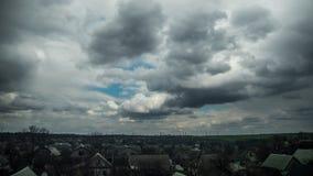 Sturm-Wolken im Himmel bewegen sich über die Häuser der Stadt Geschossen auf Kennzeichen II Canons 5D mit Hauptl Linsen stock footage