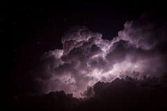 Sturm-Wolken-Lit oben durch Blitz nachts Lizenzfreie Stockfotos