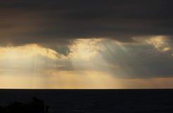 Sturm-Wolken Sun-Strahlen lizenzfreies stockfoto