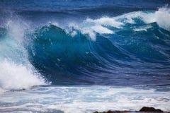 Sturmbrandungstromstöße gegen Oahu-Ufer Lizenzfreies Stockfoto