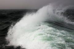 Sturmflut im Ozean Stockbild