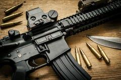 Sturmgewehr und Kugeln auf dem Tisch Stockbild