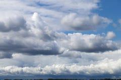 Sturmhimmel, regnerische Wolken über Horizont stockfoto