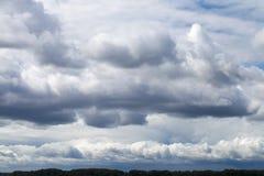 Sturmhimmel, regnerische Wolken über Horizont lizenzfreies stockfoto