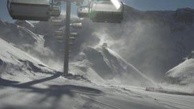 Sturmsesselbahnen des starken Winds funktionieren nicht auf Skiort Gorky Gorod 2200 Meter über Meeresspiegelvorratgesamtlänge stock video footage