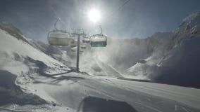Sturmsesselbahnen des starken Winds funktionieren nicht auf Skiort Gorky Gorod 2200 Meter über Meeresspiegelvorratgesamtlänge stock video