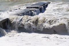 Sturmwellenrolle auf dem Wellenbrecher Stockfotografie