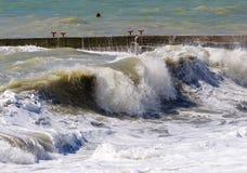 Sturmwellenrolle auf dem Wellenbrecher Stockfoto
