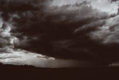 Sturmwirbelsturm über Sommerfeldern, -hügeln und -wäldern stockfoto