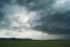 Sturmwirbelsturm über Sommerfeldern, -hügeln und -wäldern lizenzfreies stockfoto