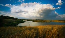 Sturmwolke über dem Fluss Stockbild