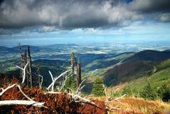 Sturmwolken über Bergen lizenzfreie stockfotografie