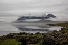 Sturmwolken über Bergen in Island Stockfotografie