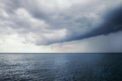 Sturmwolken über dem blauen Meer Stockfotografie