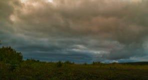 Sturmwolken über dem Feld Stockbild