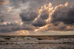 Sturmwolken über dem Meer Stockfotos