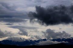 Sturmwolken über den Bergen Stockbild