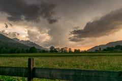 Sturmwolken über den Bergen nahe der Stadt von Ratece in Julian Alps, Slowenien stockbild
