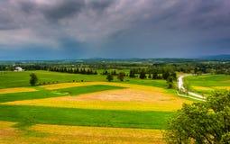 Sturmwolken über den Feldern und entfernten Bergen gesehen von Longstr Lizenzfreies Stockfoto