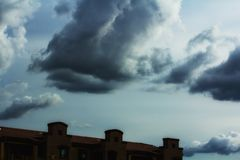 Sturmwolken über Gebäude Lizenzfreies Stockbild