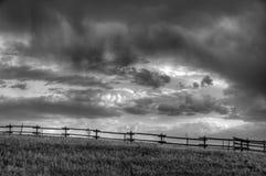 Sturmwolken über Grasland Lizenzfreies Stockfoto