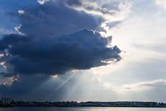 Sturmwolken über Meer Stockfotos