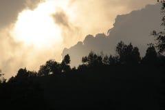 Sturmwolken über Wald Stockfotos