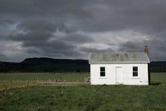 Sturmwolken über weißem Haus stockfotografie