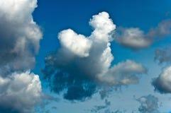 Sturmwolken auf blauem Himmel Lizenzfreie Stockbilder