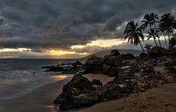 Sturmwolken bei Sonnenuntergang auf dem Hawaii setzen auf den Strand Stockbilder