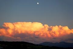 Sturmwolken bei Sonnenuntergang mit Mond Stockbilder