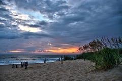 Sturmwolken bei Strandsonnenaufgang stockfoto