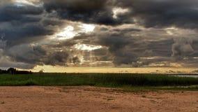 Sturmwolken an den See- und Sonnenlichtern Stockfotos