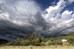 Sturmwolken, die in den Bergen sich bilden Lizenzfreies Stockbild